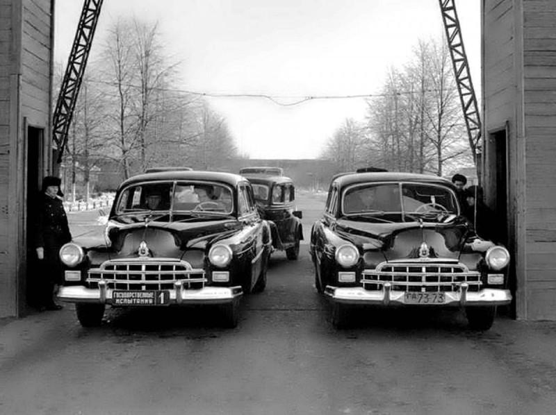 1950 ГАЗ-12 ЗИМ Государственные испытания (на выезде с главного КПП завода)
