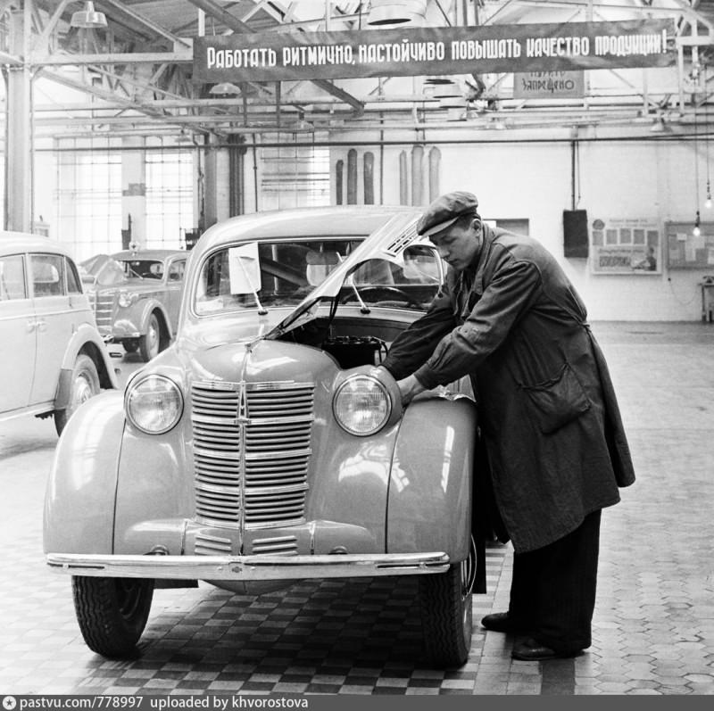 1953 Первые автомобили Москвич-400 на выходе, Москва (uploaded by Khvorostova)