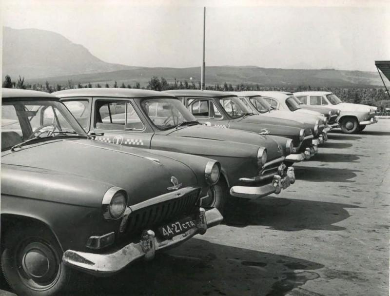 1963 аэропорт Минеральных Вод - колонна Волг ГАЗ-21