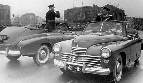 """Особенностью автомобилей ГАЗ-М-20 """"Победа"""" являлось отсутствие дверного остекления и вваренная левая задней """"фальшдверь"""". В тот период автомобили были окрашены в светло-зеленый цвет. В парадном строю """"Победы"""" находились до 1965 года."""