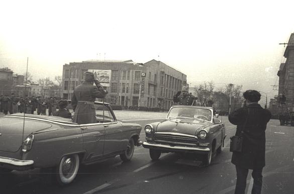"""Новые кабриолеты ГАЗ-21 """"Волга"""" в 1965 году были подготовлены на Новосибирском авторемонтном заводе №15 и окрашены в любимый генералами «шаровый» (серо-стальной) цвет.  Эти «Волги» участвовали во многих военных парадах конца 60-х — начала 70-х годов."""