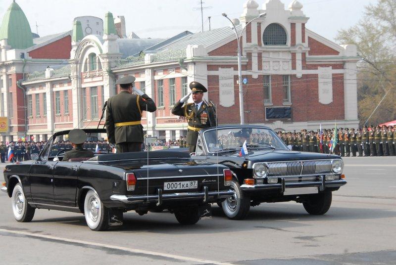 В 1980-х главными парадными кабриолетами Новосибирского гарнизона стали черные ГАЗ-24 «Волга», 1983 года выпуска. В парадном строю эти автомобили находились 31 год.