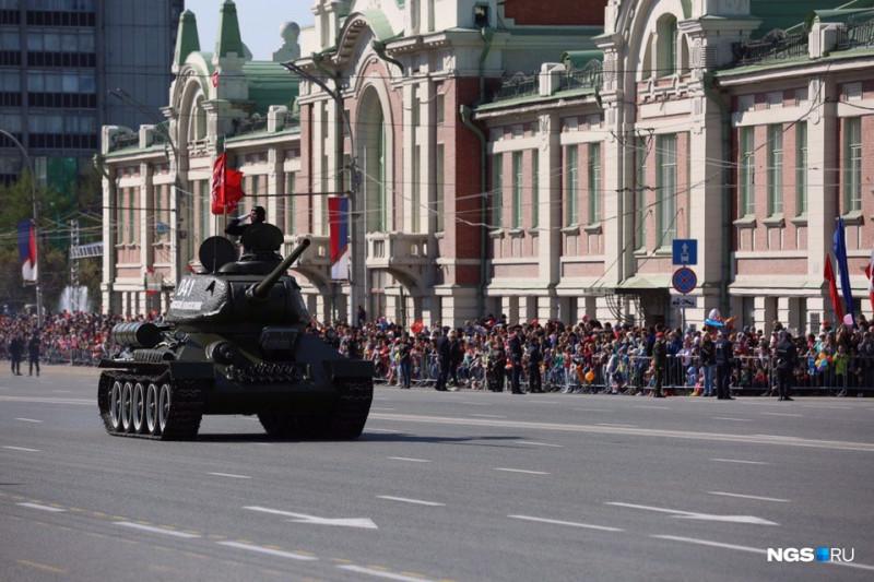 Во главе Парадной колонны - знаменитый Т-34.