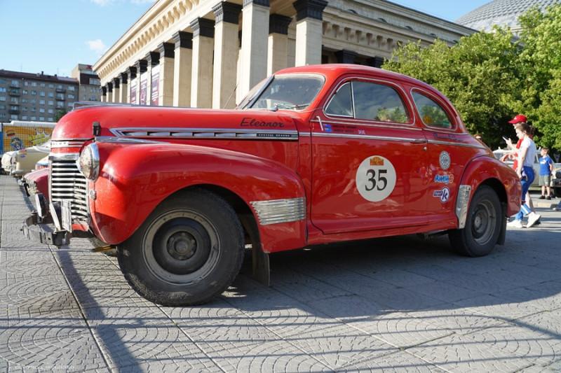 Chevrolet Super Deluxe Coupe'1941 в Новосибирске около Театра Опера и Балета