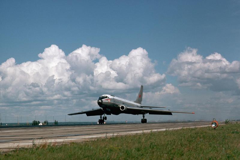 1974. Самолет Туполева Ту-104 взлетает из Новосибирска