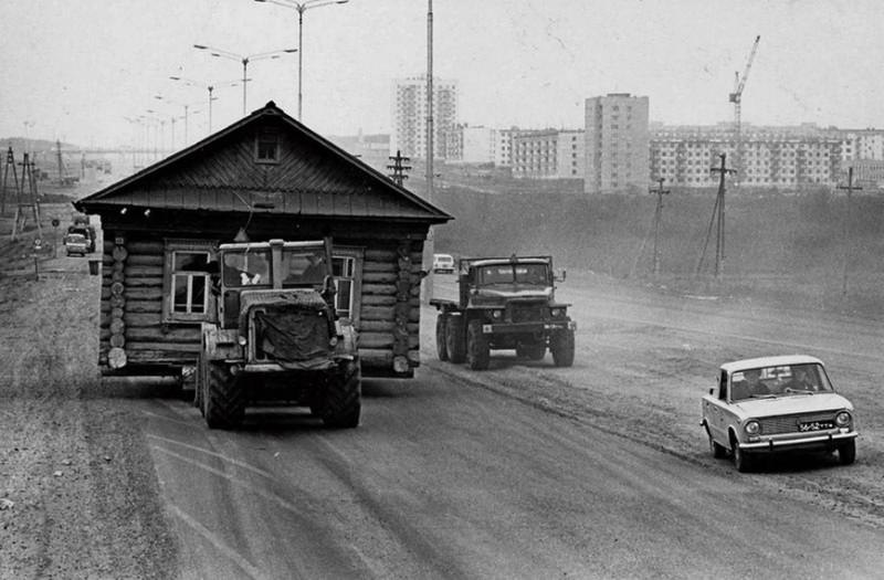 """1972 год. Набережные Челны. Трактор К-700 """"Кировец"""" везёт деревянный дом."""