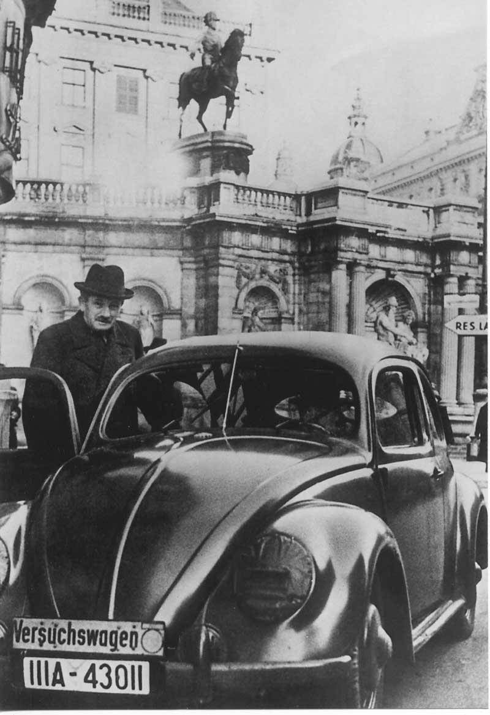 Ф. Порше и один из первых автомобилей KdF-38 (KdF - «сила через радость»). Параллельно ходило и другое не менее официозное название Volkswagen-38 (Народный автомобиль образца 38 года).