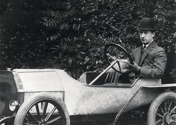 "Этторе Бугатти в 1909 году на автомобиле ""Type 10"" (из журнала - Auto Hebdo_Feb 2019)"