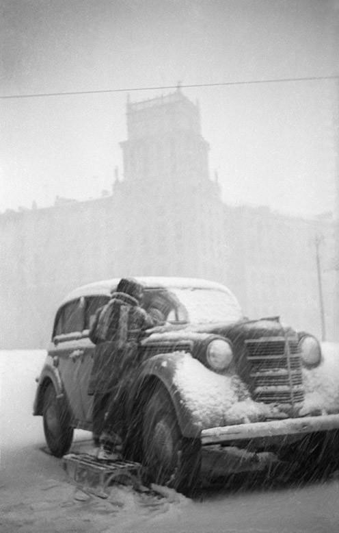 Борис Косарев. Фото 1960 года. У Калужской заставы. Два Москвича