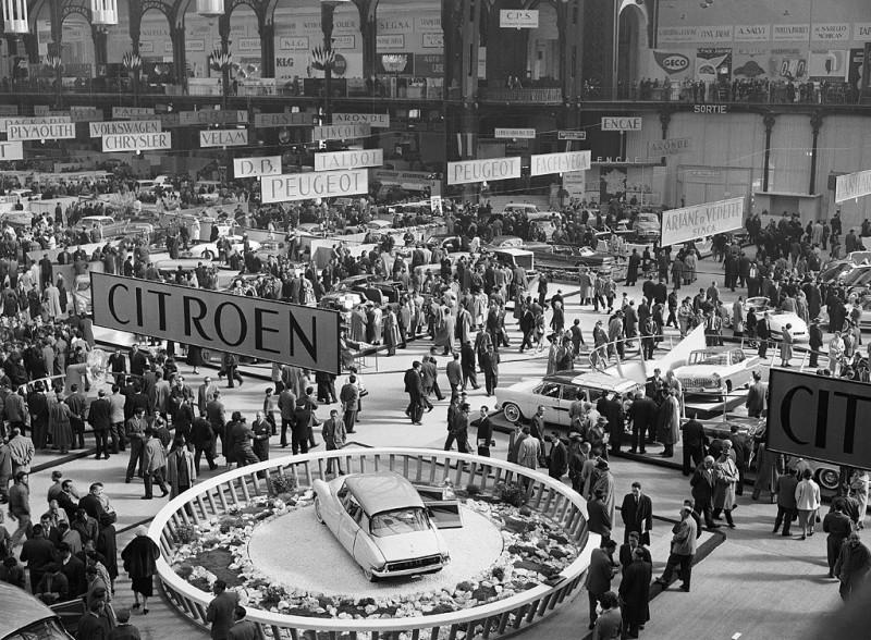 Citroen DS19 на 42-м Парижском автосалоне 1955 года. (https://auto.mail.ru/article/)