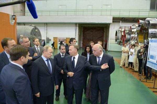 Владимир Путин во время посещения ракетно-космический центр «Прогресс»