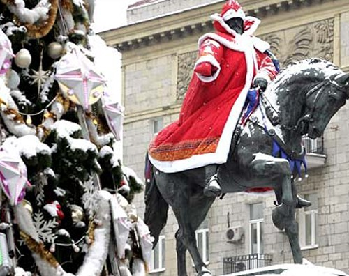 Дед Мороз на коне Чапаева у городской ёлки!