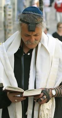 Молящийся иудей, одевший тфилин