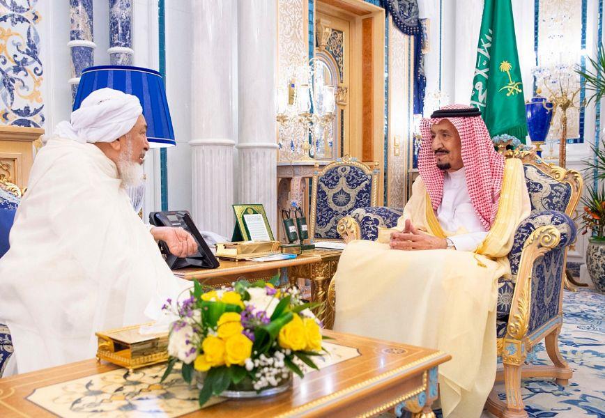Служитель Двух Святынь принял председателя Совета по фетвам ОАЭ и ряд членов Совета