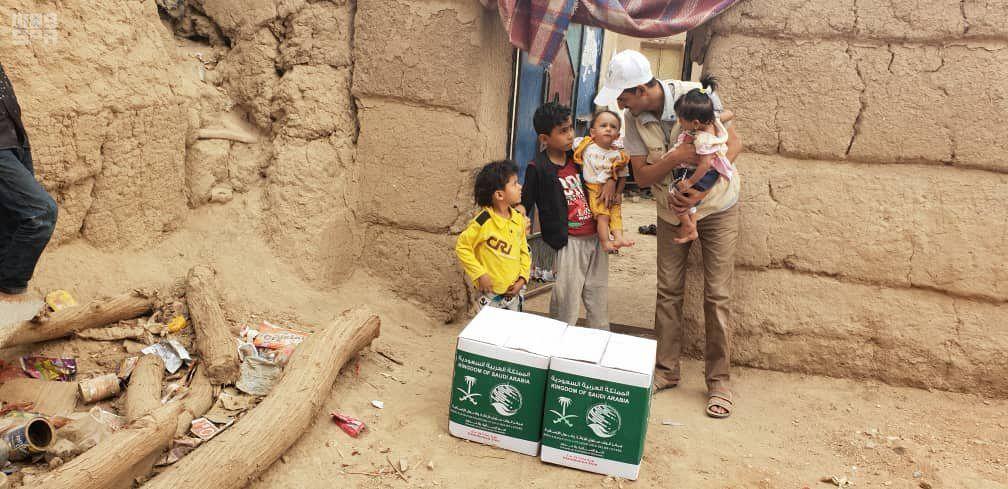 Центр гуманитарной помощи им.Короля Салмана распределил 300 корзин гуманитарной помощи в провинции Джуф в Йемене