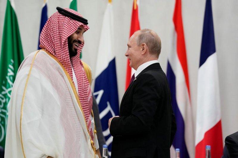 Крепкое рукопожатие и широкие улыбки между наследным принцем и президентом России