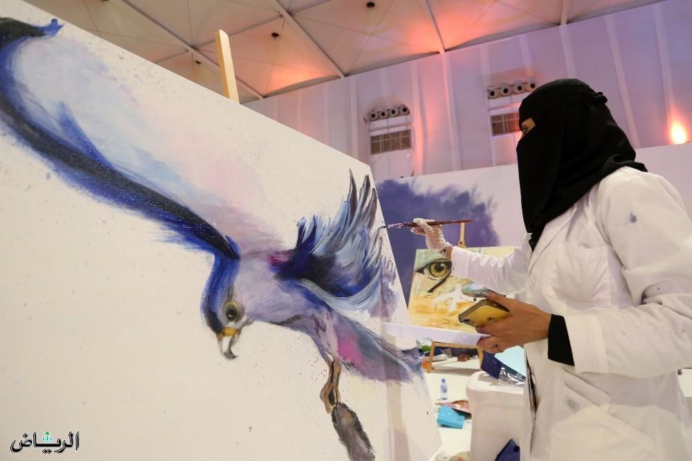 Выставка соколов привлекает женщин