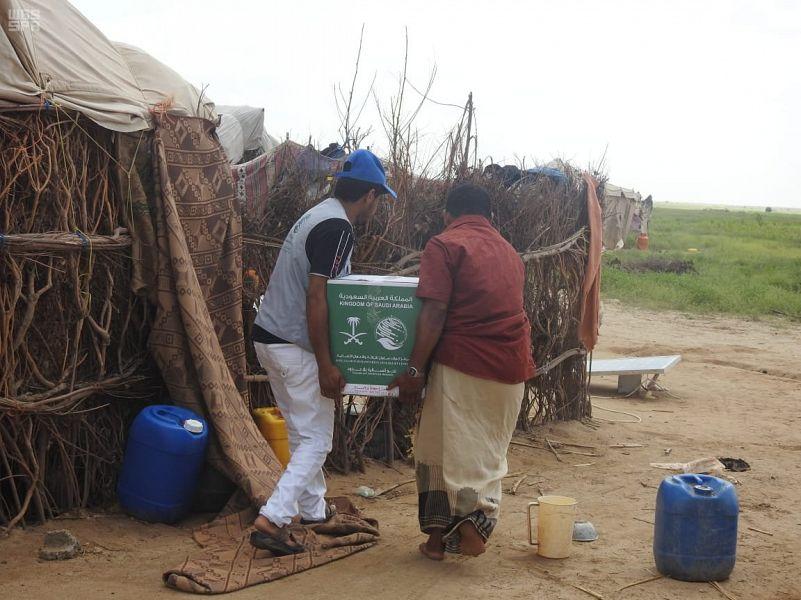 Центр гуманитарной помощи им.Короля Салмана распределяет продовольственные корзины в районах, прилежащих к провинции Саада