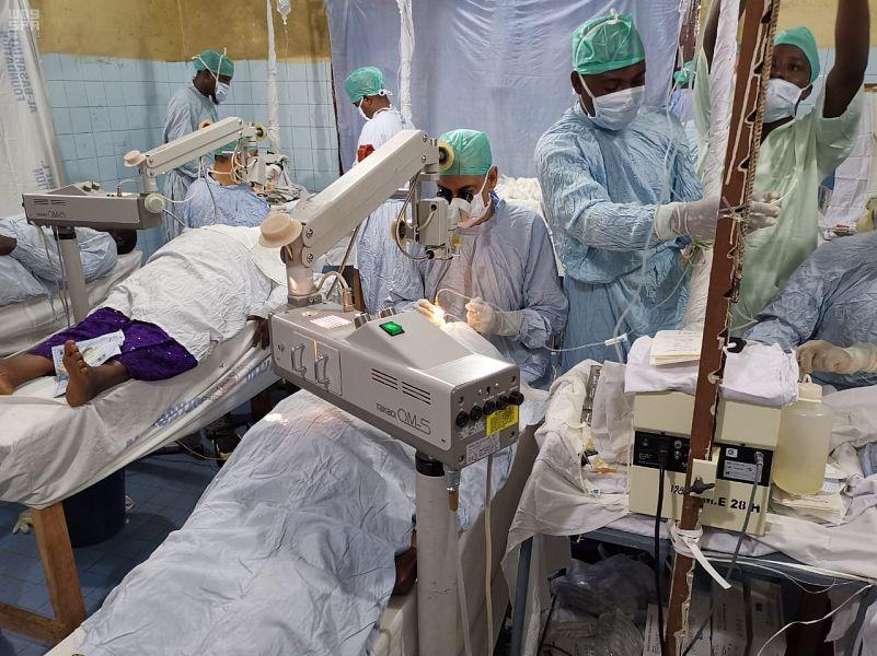 Волонтёрская врачебная группа по борьбе со слепотой Центра гуманитарной помощи им.Короля Салмана обследует пациентов в Камеруне