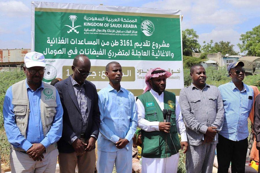 Центр  гуманитарной помощи им.Короля Салмана распределяет 750  продовольственных корзин пострадавшим от наводнений в провинции Джоухара  в Сомали