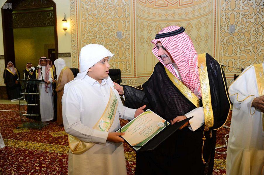 Губернатор провинции Табук поздравил 100 хафизов Книги Аллаха