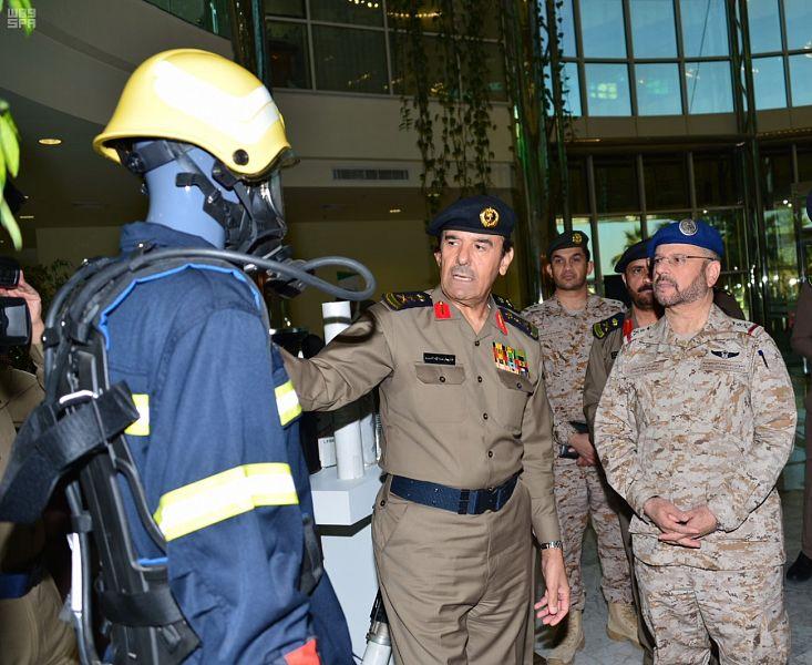 Заместитель начальника генерального штаба инспектирует комплексную выставку департамента  гражданской обороны, участвующую в «AFED 2018»