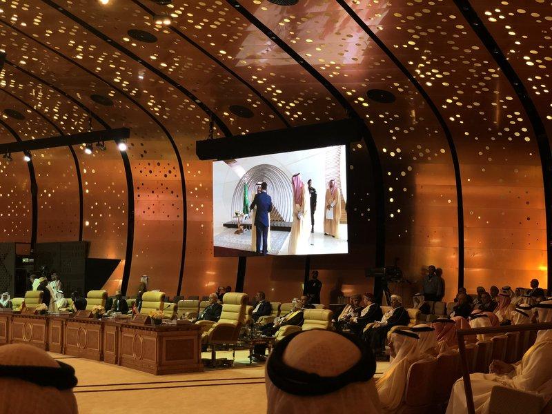 Служитель Двух Святынь привествует лидеров арабских государств, прибывающих на саммит в Захране