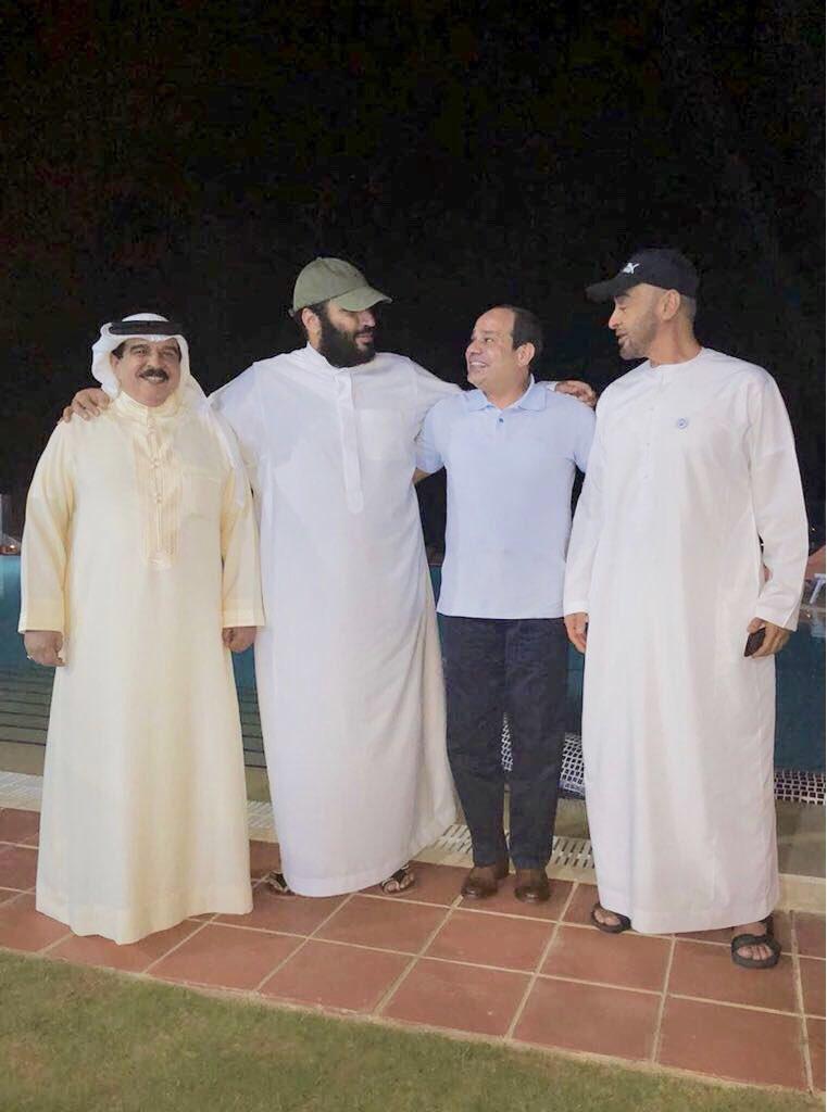 Совместная фотография наследного принца, президента Египта, Короля Бахрейна и наследного принца Абу Даби во время дружеской встречи
