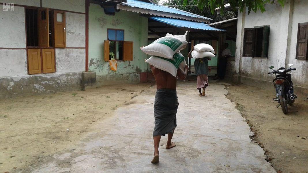 Центр им.Короля Салмана на 17-ый день Рамадана распределяет гуманитарные корзины в Бирме