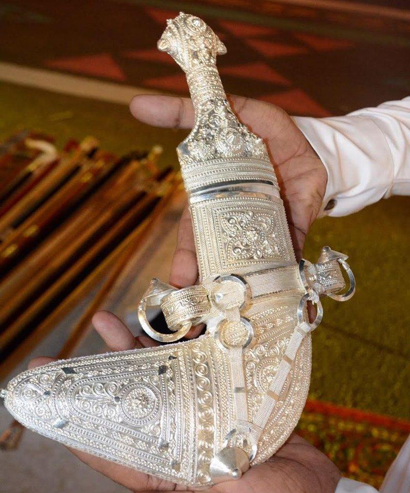 Производство оманских кинжалов и их тралиционная гравировка привлекает посетителей фестиваля «рынок Указ 12»
