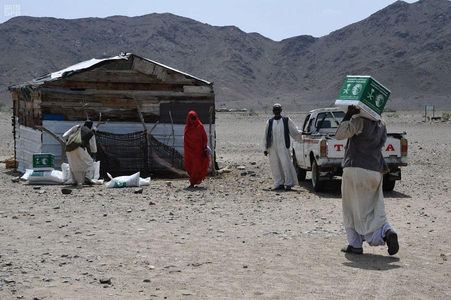 Команда Центра гуманитарной помощи им.Короля Салмана вручает гуманитарную помощь в республике Судан