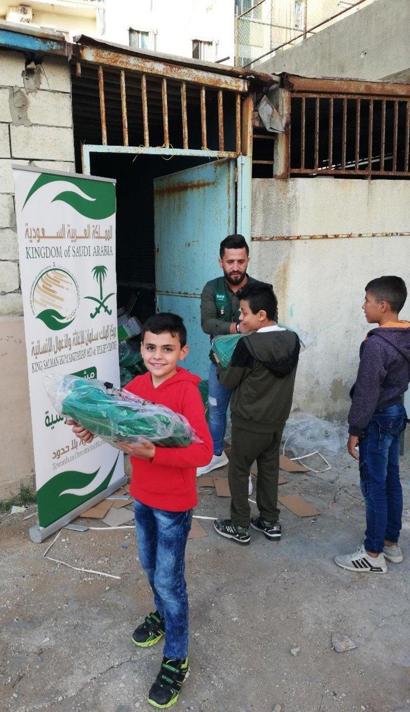 Центр гуманитарной помощи им.Короля Салмана распределяет портфели среди сирийских школьников в Ливане