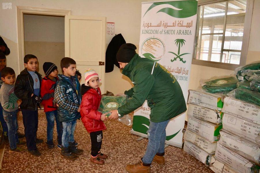 Центр гуманитарной помощи гуманитарных операций им.Короля Салмана раздаёт  портфели сирийиским школьникам в округах Шамал и Акар в Ливане