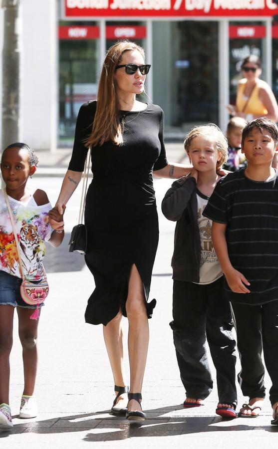rs_634x1024-130928110906-634.Angelina-Jolie-Sydney-Kids.jl.092813