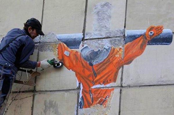 графити_распятый_гагарин_уничтожение