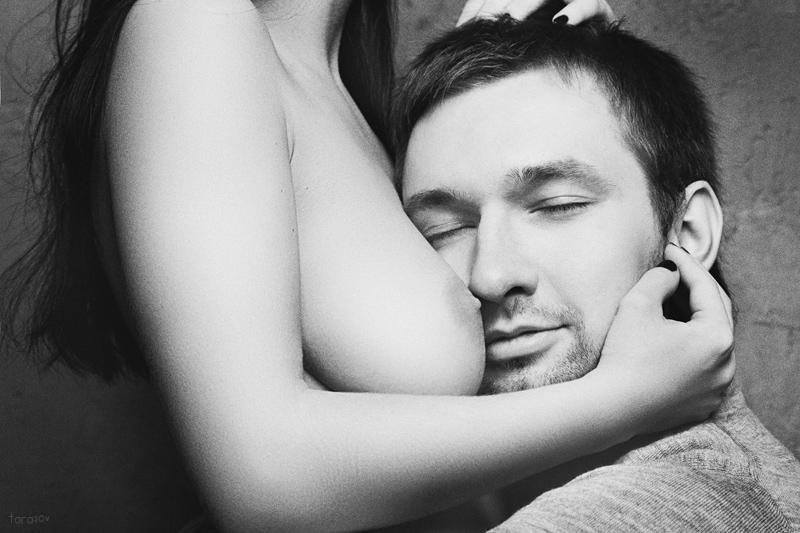 парня фото поцелуй женской груди именно так