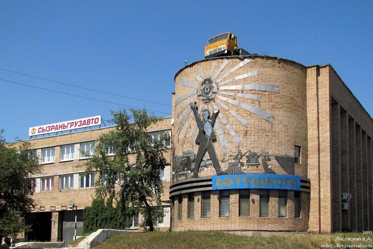 Московского коллекционера привёл в восторг КАМАЗ на крыше здания в Сызрани
