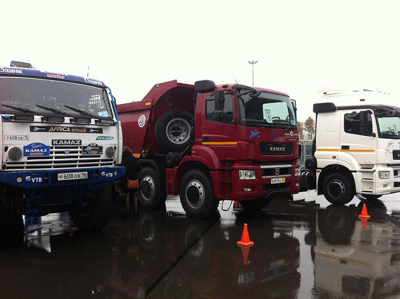 Тренер питерского «Зенита» прокатился на грузовике команды «КАМАЗ-мастер»