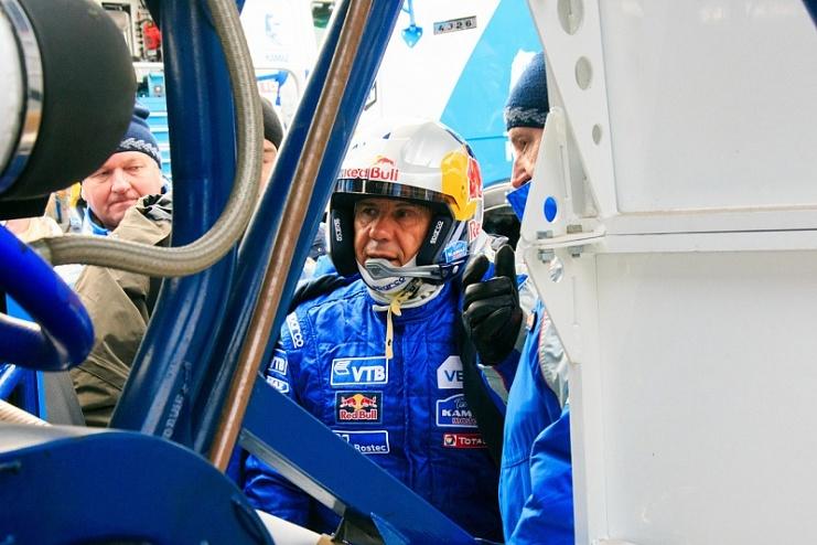 Глава Татарстана Рустам Минниханов прокатился на двух гоночных КАМАЗах