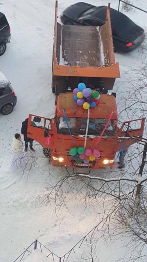 На КАМАЗе в ЗАГС: жители Ямала выбрали для свадьбы самосвал