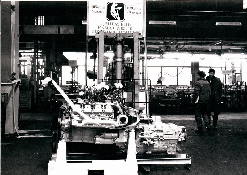 Двухмиллионный двигатель «КАМАЗа» утыкали цветами