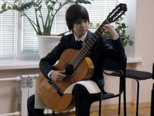 Юный челнинец лабает Баха на гитаре