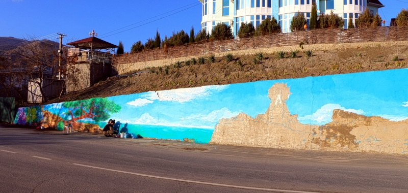 Челнинский художник преображает стену в Крыму