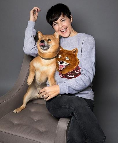 Экс-челнинка Ольга Шелест встретит Новый год в благотворительном свитшоте с собакой