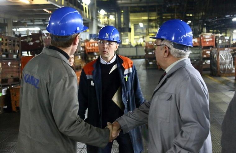 На прессово-рамном заводе весь персонал обязали носить каску в цехах