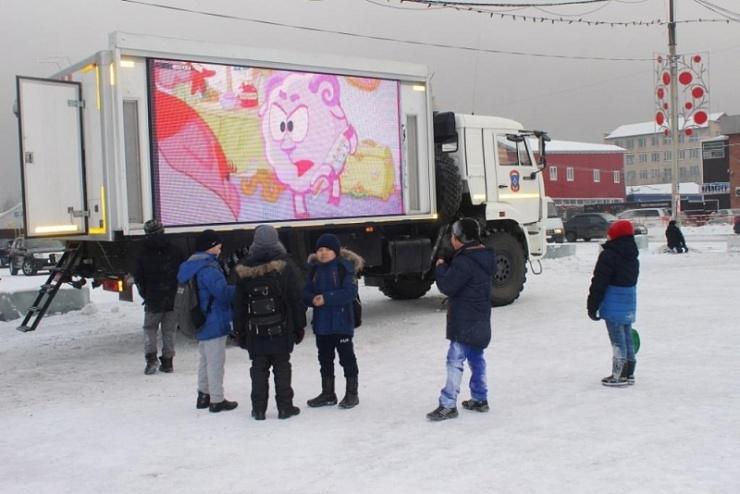 КАМАЗ-телевизор с огромным экраном показывает детям мультфильмы