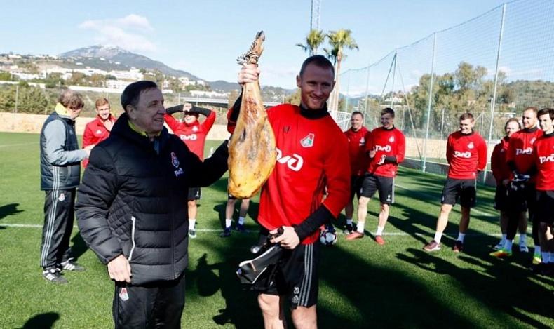 Челнинскому футболисту в Испании подарили хамон