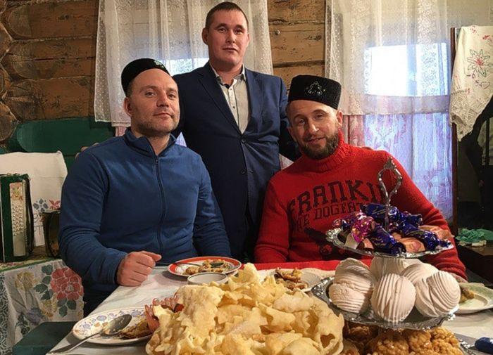 Актер Оскар Кучера испёк в Татарстане кыстыбый, перемеч и бэлиш