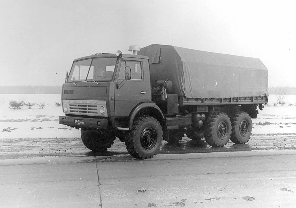 Прототип автомобиля КАМАЗ-4310 с прицепом ГКБ-817Б на испытаниях в Средней Азии