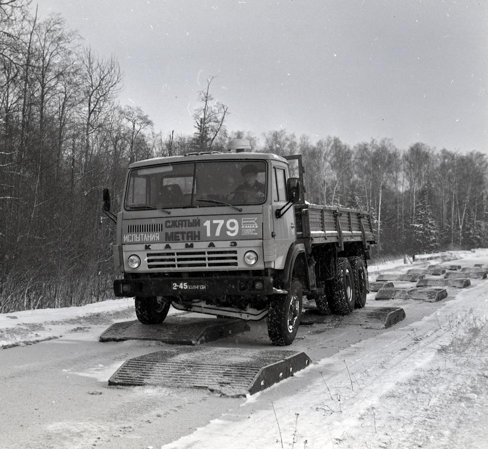 Испытания газобалонного грузовика КАМАЗ-53218 на треке со сменными поверхностями на полигоне НАМИ в Дмитрове